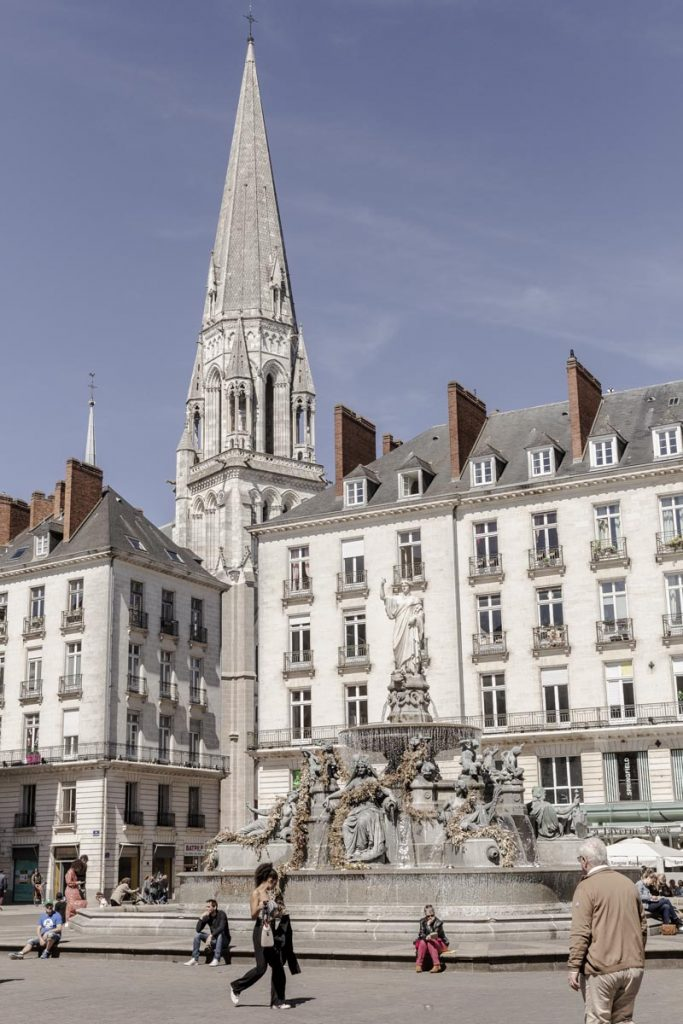 La place Royale, sa fontaine et perspective sur le clocher Saint Nicolas